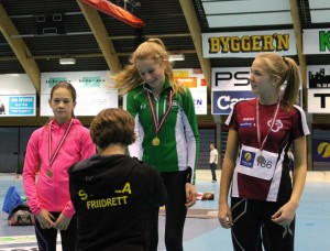 Benedicte Brinck får sin medalje etter et godt løp på 600m J14