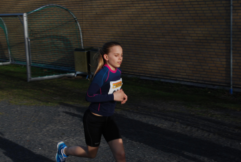 Jennie på vei mot stadion i fjorårets utgave av KM terrengløp.